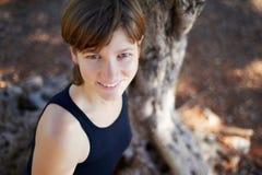 Sportliche Frau im Park Stockfotografie