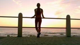 Sportliche Frau machen einen Bruch während ihres Rüttelns stock footage
