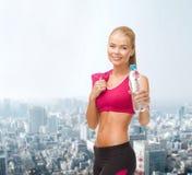 Sportliche Frau mit Flasche des Wassers und des Tuches Lizenzfreies Stockbild