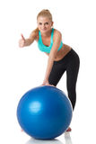 Sportliche Frau mit gymnastischer Kugel Stockfotografie