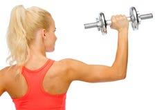 Sportliche Frau mit schwerem Stahldummkopf von der Rückseite Stockfotos