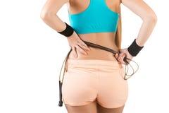 Sportliche Frau mit springendem Seil stockfotos