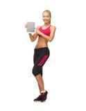Sportliche Frau mit Tabletten-PC Stockbild