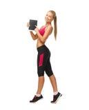Sportliche Frau mit Tabletten-PC lizenzfreies stockfoto