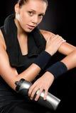 Sportliche Frau mit Tuch hinter ihrem Stutzen stockbild