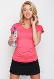 Sportliche Frau mit Wasserflasche Lizenzfreie Stockfotografie