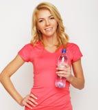 Sportliche Frau mit Wasserflasche Stockfotografie