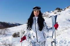 Sportliche Frau in Ski Gear mit Ausrüstung Stockfoto