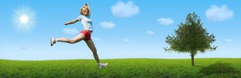Sportliche Frau springen auf Landschaft Lizenzfreie Stockfotografie