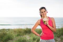 Sportliche Frau trinkender Detox Smoothie stockfotografie