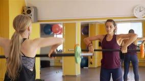 Sportliche Frauen arbeiten mit Barbells aus stock video footage