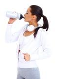 Sportliche Frauengetränke von der Eignungsflasche Stockbilder