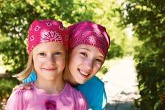Sportliche glückliche freundliche Mädchen Stockfotos