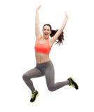 Sportliche Jugendliche, die in Sportkleidung springt Lizenzfreie Stockfotografie