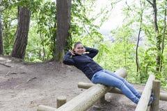 Sportliche junge Frau, die im Freien ausbildet und ausdehnt lizenzfreie stockfotografie