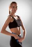 Sportliche junge Frau mit messendem Band Stockfoto