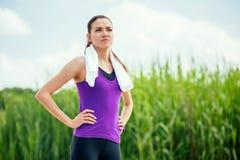 Sportliche junge Schönheitsstellung vor oder nach Training und Betrieb Konzentriert auf Übungen, auf Naturhintergrund sport stockfoto