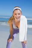 Sportliche lächelnde blonde Stellung auf dem Strand mit Tuch Lizenzfreie Stockfotografie
