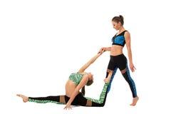 Sportliche Mädchen, die Übung in den Paaren ausdehnend tun Lizenzfreie Stockfotos