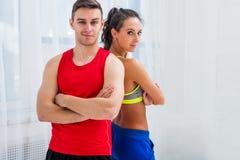 Sportliche Paarfreunde nehmen athletisches ehrgeiziges ab Stockfotos