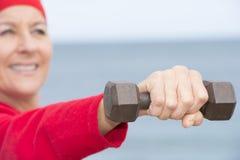 Sportliche positive reife Frau im Freien Stockbild