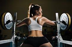 Sportliche reizvolle Frau in der Gymnastik Lizenzfreie Stockfotos