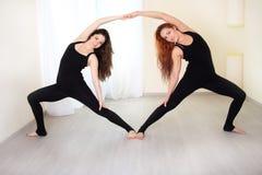 Sportliche Schwestern, gekleidet in der identischen Sportkleidung, yo tuend Lizenzfreie Stockfotografie