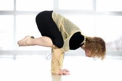 Sportliche weibliche Stellung in der Yogakranhaltung in der Klasse Lizenzfreies Stockfoto