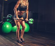 Sportlicher Frau ` s Körper mit Barbell Stockfotografie