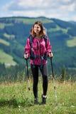Sportlicher Frauenwanderer mit Rucksack und Trekking haftet das Wandern in den Bergen stockfoto