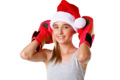 sportlicher glücklicher Sankt-Hut des jungen Mädchens tragender Weihnachtsmit den kämpfenden Handschuhen lokalisiert Stockbilder