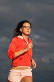 Sportlicher junge Frauen-Betrieb stockbilder