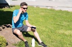 Sportlicher Kerl, der Musik bei der Ausbildung hört Lizenzfreie Stockbilder