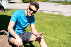 Sportlicher Kerl, der Musik bei der Ausbildung hört Stockfoto