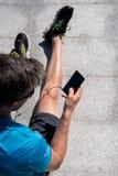 Sportlicher Kerl, der Musik bei der Ausbildung hört Stockfotografie