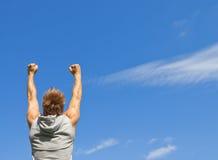 Sportlicher Kerl mit seinen Armen hob in Freude an Lizenzfreies Stockfoto
