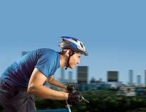 Sportlicher Mann, der an der Stadt radfährt Stockfotografie