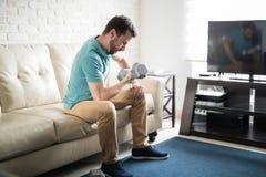 Sportlicher Mann, der im Wohnzimmer trainiert Stockbilder