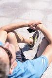 Sportlicher Mann, der Musik während des Trainings hört Lizenzfreie Stockfotografie