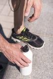 Sportlicher Mann, der Musik während des Trainings hört Stockfoto