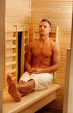 Sportlicher Mann, der Sauna genießt Stockbilder