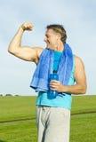 Sportlicher Mann, der seine Muskeln biegt Stockfotografie