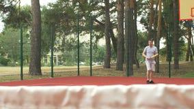 Sportlicher Mann des gesunden Lebensstils, der das Tennis im Freien spielt stock video footage