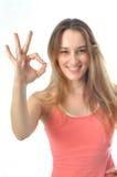 Sportliches Aerobics-Mädchen, das O.K. kennzeichnet Stockfotos