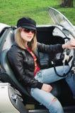 Sportliches blondes im Sport-Auto Lizenzfreie Stockbilder