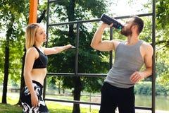 Sportliches blondes Mädchen und bärtiger Mann steht nach Training trai still Lizenzfreie Stockbilder
