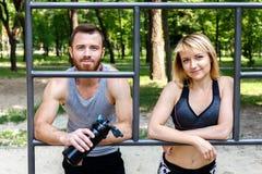 Sportliches blondes Mädchen und bärtiger Mann steht nach Training trai still Lizenzfreie Stockfotografie