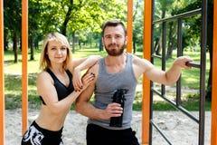 Sportliches blondes Mädchen und bärtiger Mann steht nach Training trai still Stockfotografie
