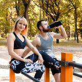 Sportliches blondes Mädchen und bärtiger Mann steht nach Training trai still Lizenzfreie Stockfotos