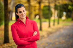 Sportliches Eignungsfrauenherbstporträt und -erfolg stockfoto